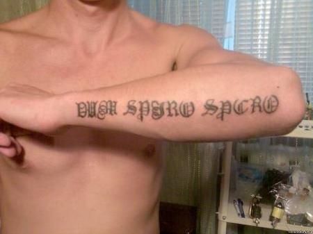 Татуировка на руке флэш надписи